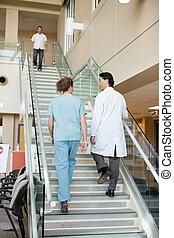 dottore, ospedale, su, rampicante, infermiera, scale