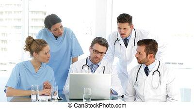 dottore, parlante, con, suo, personale, duri