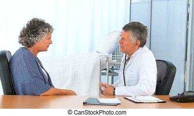 dottore, parlare, con, suo, paziente