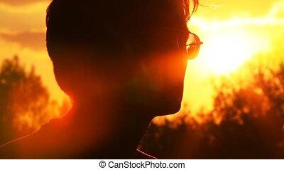 dotyka, jego, słońce, przeciw, twarz, człowiek
