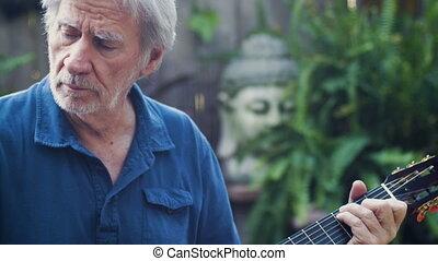 doué, homme aîné, jouant guitare classique, et, doigt, cueillette, musique