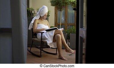 douche, femme, peignoir, après, lecture