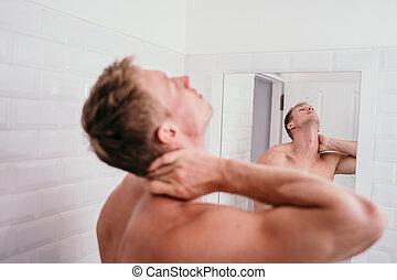 douleur, cou, après, haut, musculaire, réveiller, séduisant, miroir, devant, homme