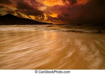 dourado, coloridos, céu tempestuoso, praia ocaso