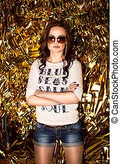 dourado, mulher, óculos de sol, confiante, posar, fundo, excitado