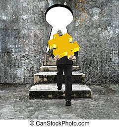 dourado, quebra-cabeça, jigsaw, concreto, carregar, buraco fechadura, escalando, direção, escadas, homem