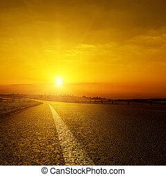 dourado, sobre, pôr do sol, estrada asfalto