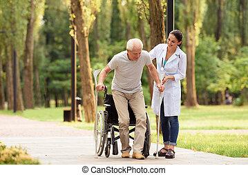 doutor, ajudas, um, envelhecido, paciente, receber, ligado, seu, pés
