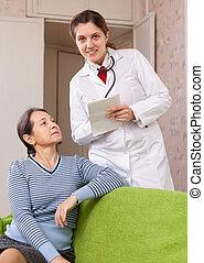 doutor amigável, pergunta, maduras, paciente, sente