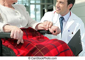 doutor, com, mulher idosa, em, cadeira rodas