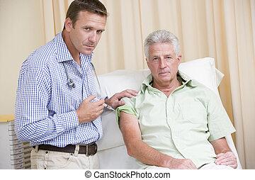 doutor, dar, homem, agulha, em, quarto exam