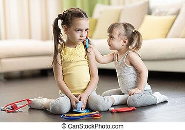 doutor, dela, velho, hospitalar, irmã, dois, menina, tocando, brinquedos, médico, usando, divertimento, lar, sorrindo, toddler, crianças, tendo