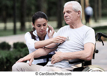 doutor, examina, um, idoso, paciente, com, um, estetoscópio, em, um, verão, parque