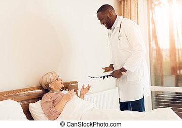 doutor, examina, um, idoso, paciente, em, um, amamentação, home.