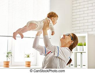 doutor, examinando, um, bebê