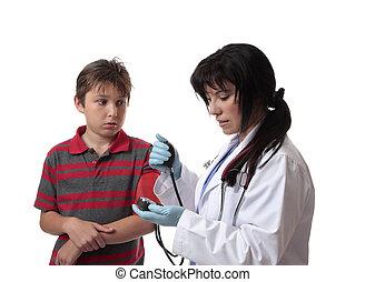 doutor, fazendo exame pressão sangue