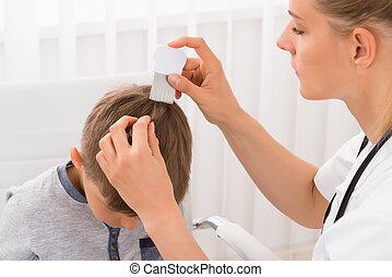 doutor, fazendo, tratamento, ligado, menino, cabelo