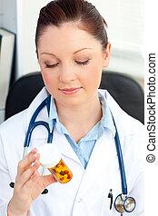 doutor, jovem, femininas, sério, pílulas, olhar