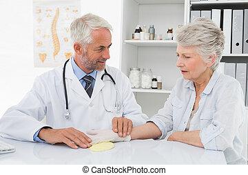 doutor, levando, um, sênior, female's, pulso