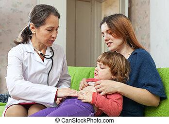 doutor maduro, bebê, examinando, crianças