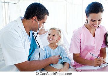 doutor masculino, e, femininas, enfermeira, examinando, um, criança, paciente