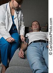 doutor, medidas, a, pressão, de, a, paciente, casa