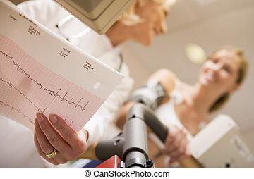 doutor, monitorando, a, coração-taxa, de, paciente, ligado,...