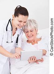 doutor, mostrando, tablete digital, para, paciente