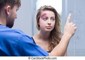 doutor, mulher, ferido, diagnosticar