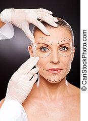 doutor mulher, rosto, meio, preparar, cirurgia, envelhecido, levantamento