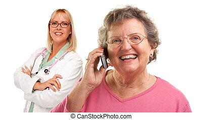 doutor mulher, telefone pilha, atrás de, femininas, usando, sênior
