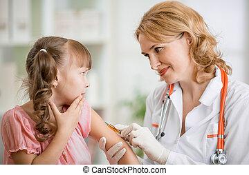 doutor, vaccinating, criança pré-escolar, assustado
