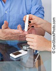doutor, verificar, nível glucose, em, diabético, paciente