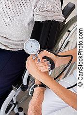 doutor, verificar, pressão sangue, de, paciente