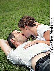 doux, image, jeune, baisers, herbe, couple