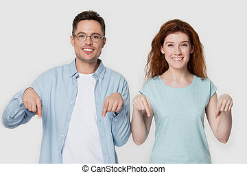 down., семья, amazed, счастливый, pointing, пара, улыбается