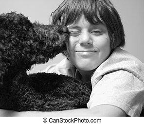 doze, ano velho, menino, e, seu, cão, lamber, seu, rosto