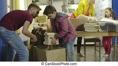 dozen, pakt uit, gelukkige familie, keuken