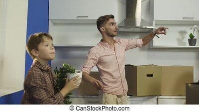 dozen, vrolijke , kitchen., uitpakken, gezin