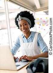 draagbare computer, bureau, vrouwlijk, grafisch, werkende , ...