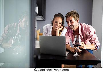 draagbare computer, gebruik, thuis, het glimlachen, paar, vrolijke