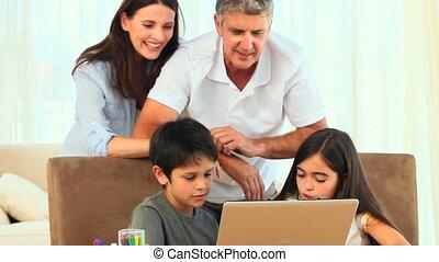 draagbare computer, hun, mooi, het kijken, gezin