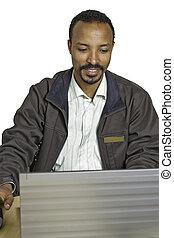 draagbare computer, jonge, anders, man, bureau, gebruik, zit, vrolijke