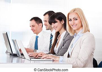 draagbare computer, kantoor, werkende , zakenlui