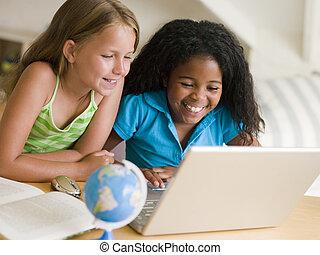 draagbare computer, meiden, twee, jonge, hun, huiswerk