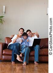 draagbare computer, plezier, ouders, copy-space, hebben, geitje