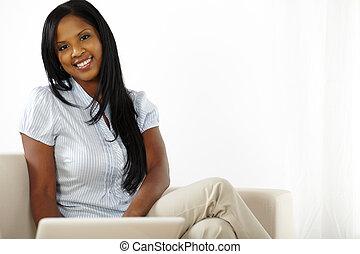 draagbare computer, vrouw, jonge, werkende , vrolijke