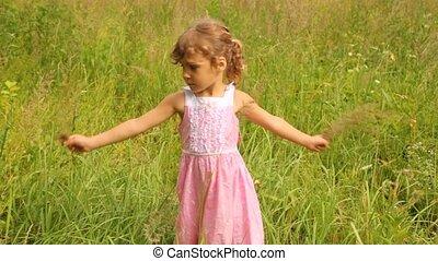 draaien, holdingshanden, meisje, gras, ronde, bladen