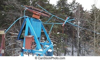 Drag lift, ski lift, twisting mechanism lifts around -...