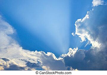 dramático, cielo azul, con, nubes, y, rayos de sol